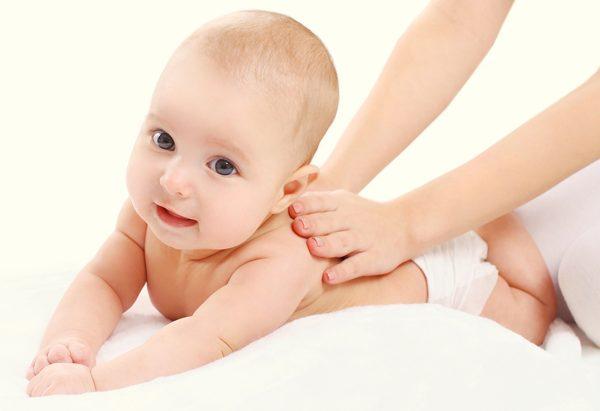 spalmare crema al bambino